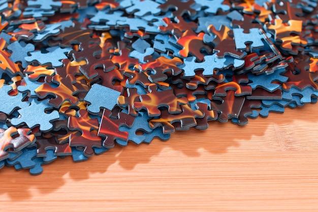 Смешанные миры головоломки на деревянном столе