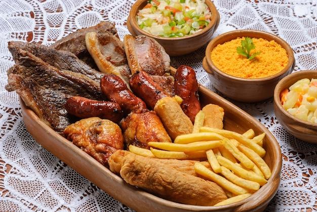 Смешанное блюдо со свининой колбаса пиканья жареный цыпленок и банановая панировка бразильская кухня