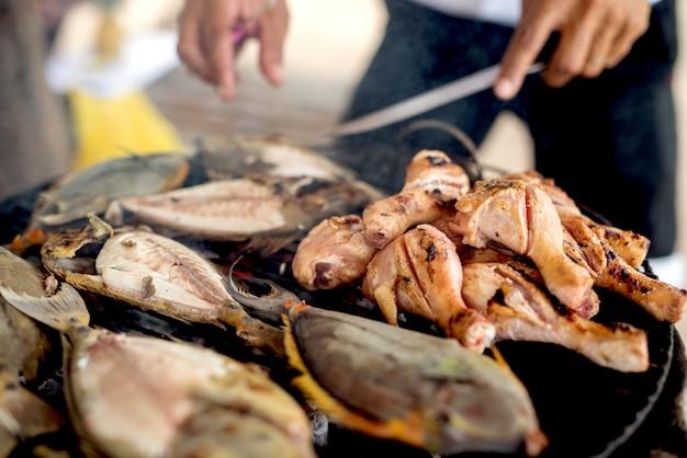 Смешивание мяса и рыбы на гриле. барбекю на открытом воздухе в солнечный летний день.