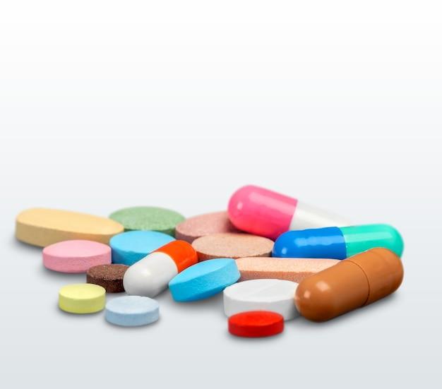 혼합 약, 테이블에 많은 알약과 캡슐