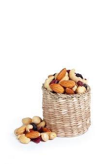 Смешанные орехи, изолированные на белом фоне
