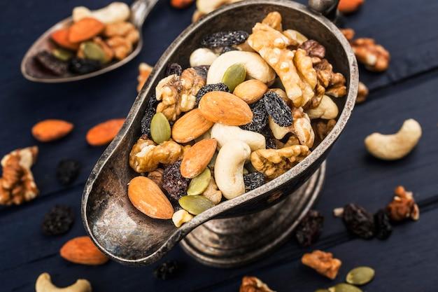 Смешанные орехи на деревянной доске