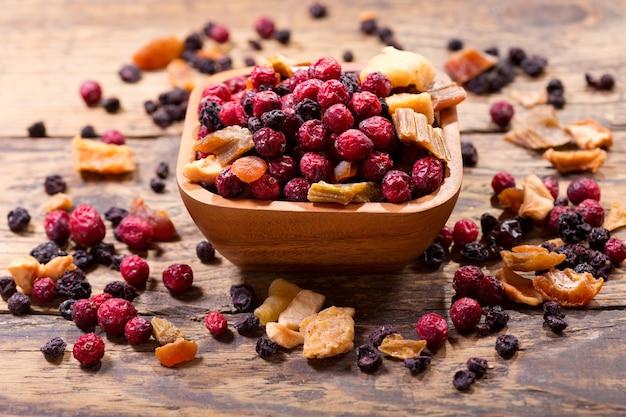 木製のテーブルにドライフルーツの混合物