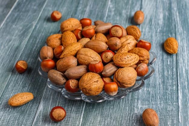 Смешанные органические орехи с скорлупой.