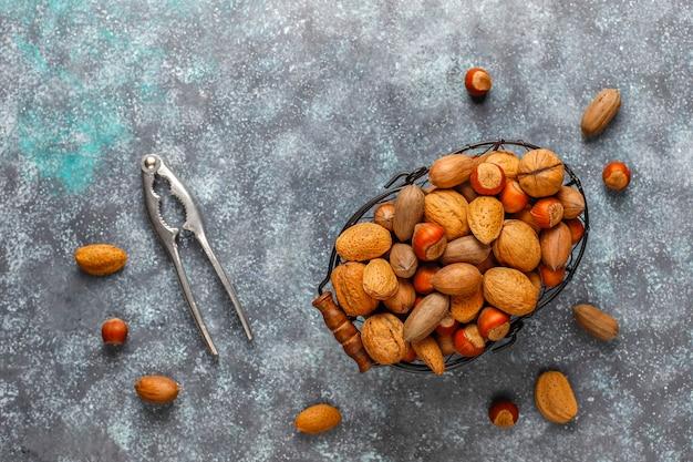殻付きの混合有機ナッツ。