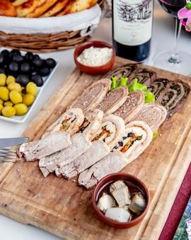 Vista laterale mista del vino rosso delle verdure delle noci del piatto di patè