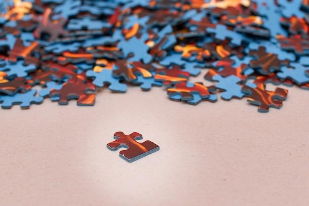 Смешанные кусочки красочной головоломки