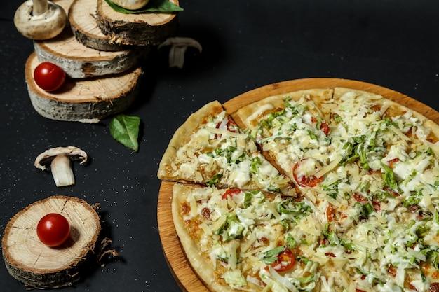Pizza mista con formaggio extra in cima