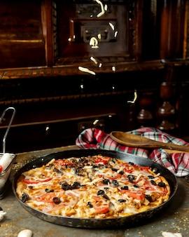 고기와 시크 올리브 토마토와 치즈가 혼합 된 피자