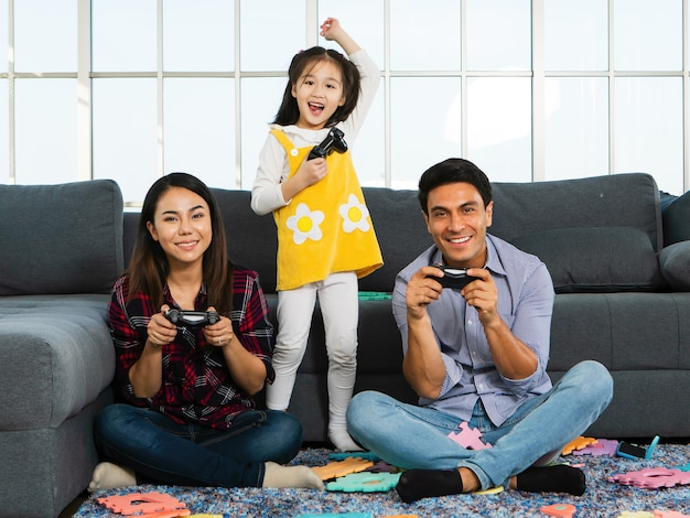 居間で一緒に遊ぶ混血家族。