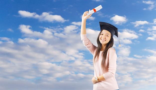 Смешанная раса женщина успешный студент