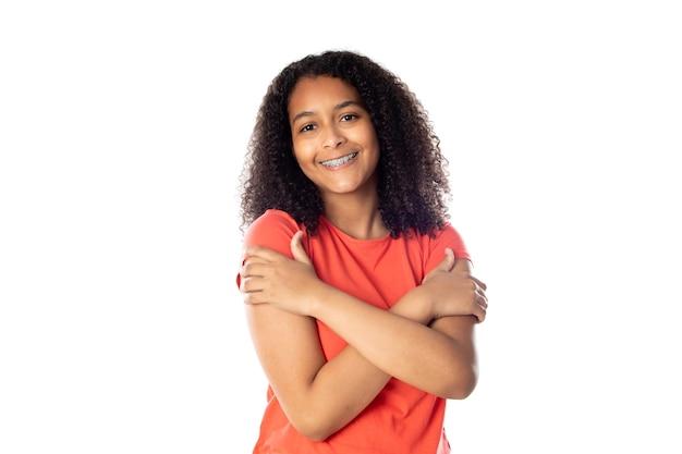 Женщина смешанной расы с милыми афро-волосами