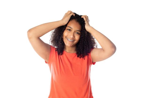 귀여운 아프로 머리를 가진 혼혈 여자 프리미엄 사진
