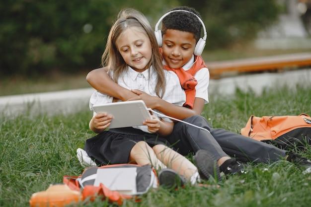 Ragazzo e bambina di razze miste nel parco