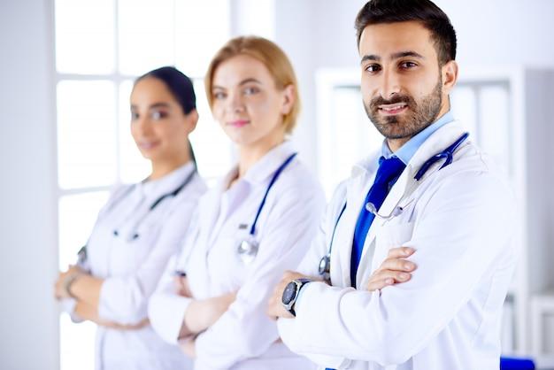 Медицинский персонал смешанных рас - врачи, медсестра, врач и хирург в больнице. служба здравоохранения.