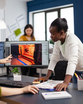 Смешанные расы создателей игр тестируют интерфейс видеоигры, анализируют программные проблемы.