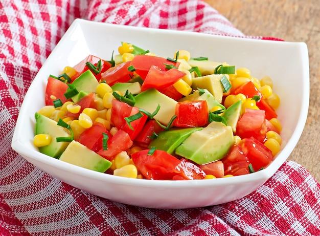 Салат с авокадо, помидорами и сладкой кукурузой