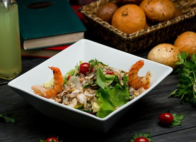 Салат с морепродуктами, крабами, грибами и зелеными овощами