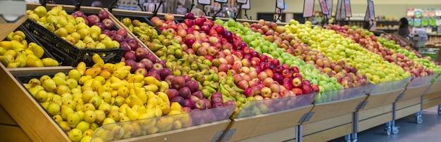식료품 점에서 혼합 된 여름 과일