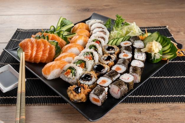 Смешанный суши-ролл и сашими из лосося.