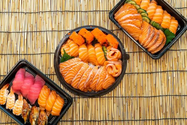 Смешанный набор суши на черном ящике