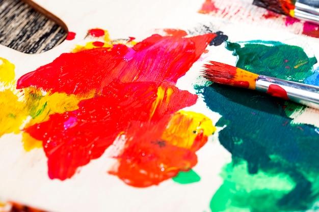창의력과 그림을 위한 여러 가지 색상의 물감, 창의력을 발휘하는 동안 오일 및 기타 유형의 물감, 서로 다른 색상의 물감을 혼합하여 그리는 사람의 창의적인 과정