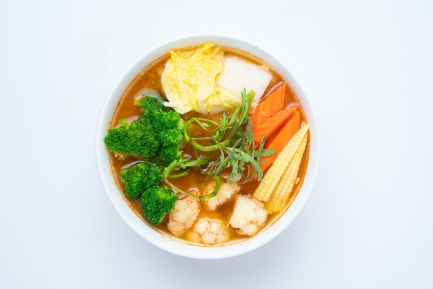 Смешанный овощной суп в кислом соусе из пасты из тамаринда с креветками и овощным омлетом - азиатский или тайский пищевой стиль изолированы