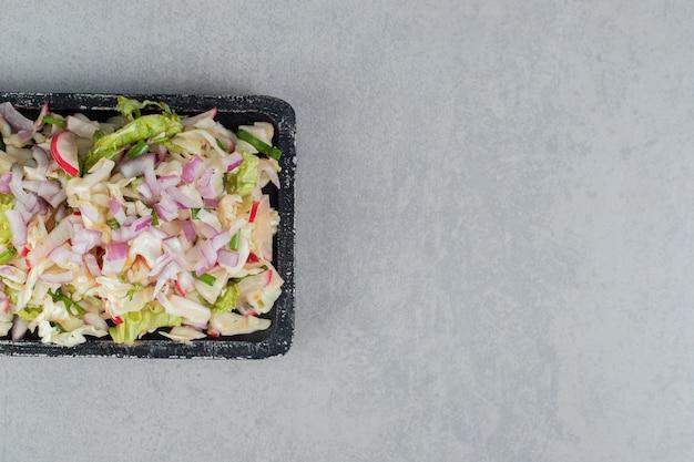 다진 재료와 다진 재료를 혼합한 야채 샐러드 무료 사진