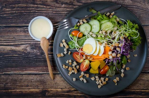 Смешанный овощной салат со сливочным соусом для здоровья