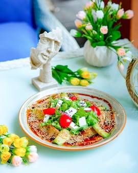 참깨를 곁들인 야채 샐러드