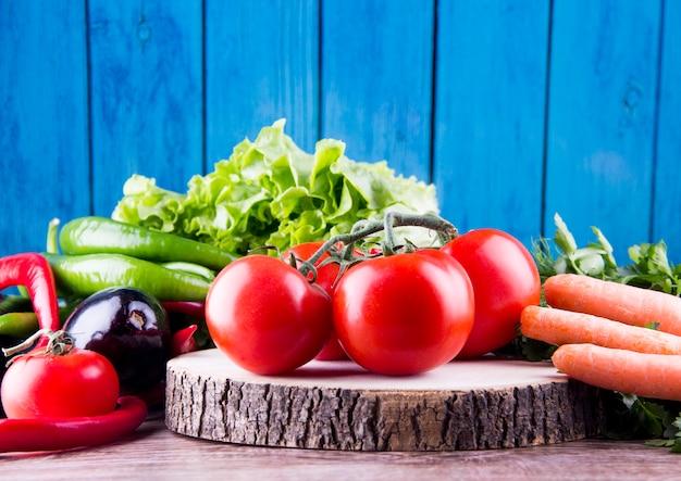 前にトマトなすのにんじんレタスのような混合野菜