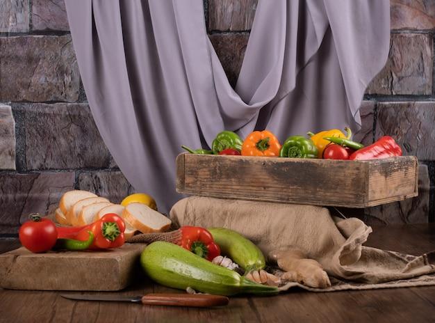 Verdure miste in vassoi di legno