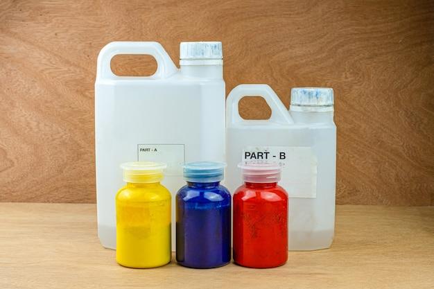 鋳造用プラスチックカップにカラーエポキシ樹脂を混合安定化木材と松ぼっくりハイブリッド