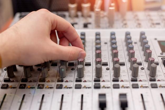 ミキシングコンソールレコーディングスタジオのサウンドエンジニア。音楽家。スタジオ機器。オペレーターが曲を録音します。音声録音用楽器