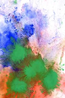 白い紙に異なる色の絵の具を混ぜる