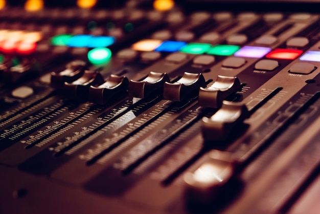 믹싱 비디오 콘솔은 dj의 작업을 위해 설계되었습니다.