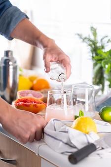 Миксолог готовит дома освежающий коктейль с крепким зельтером