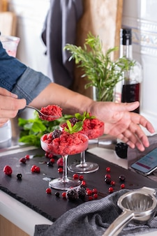 Миксолог готовит дома освежающий коктейль из слякоти или слякоти.