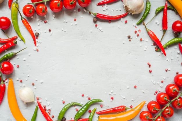 Смесь перца чили помидор черри на ветке чеснока и других специй. копировать пространство