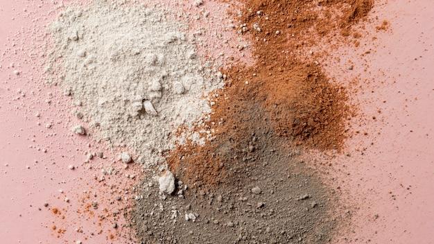 テーブルの上の粘土粉の混合物