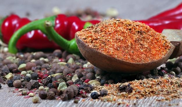 木製のテーブルにさまざまな唐辛子の混合物。伝統的なスパイス。