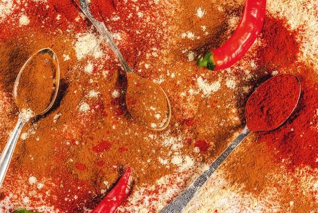 Смесь сушеного молотого пряного, на белом мраморном столе чили, паприки, карри, куркумы, имбиря. вид сверху, коксовые специи