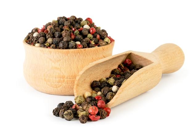 木の板とスプーンで分離されたペッパーエンドウ豆の混合物