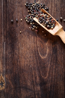 나무 배경에서 요리하기 위한 고추의 혼합물