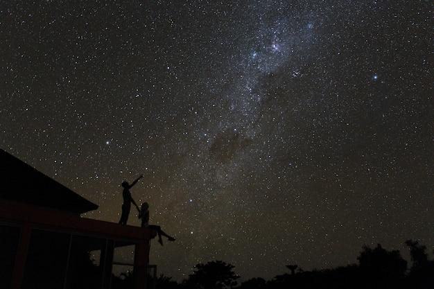 夜の空の星とmlikyの道を見て屋上のカップルします。