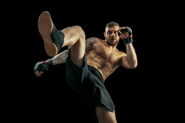 Mma。黒のスタジオの背景に分離されたプロボクサーボクシング。筋肉の白人アスリートの戦いに合います。スポーツ、競争、興奮、人間の感情の概念