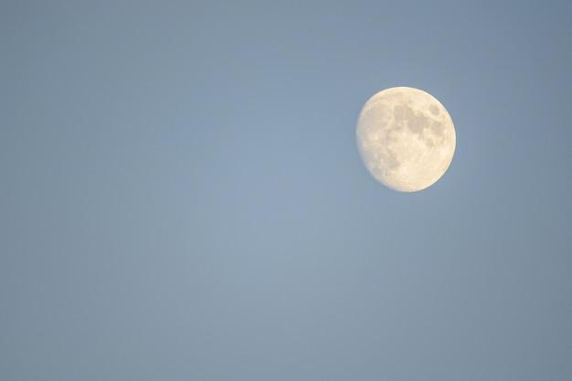 La luna si alza nel cielo