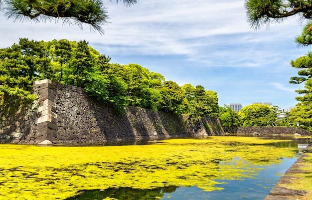 Ров вокруг императорского дворца в токио, япония