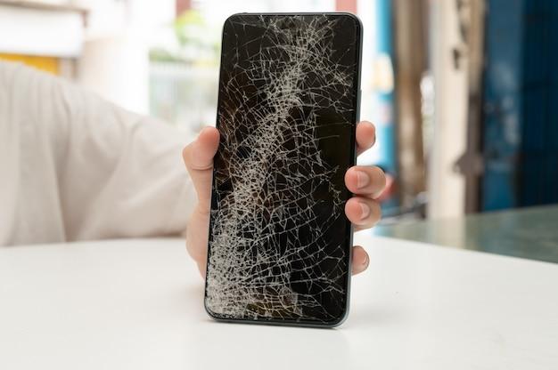 Ремонт мобильных фотоаппаратов техник по ремонту мобильных телефонов или смартфонов