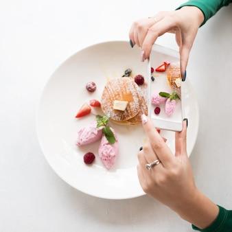 모바일 음식 사진. 달콤한 디저트. 현대 기술 개념